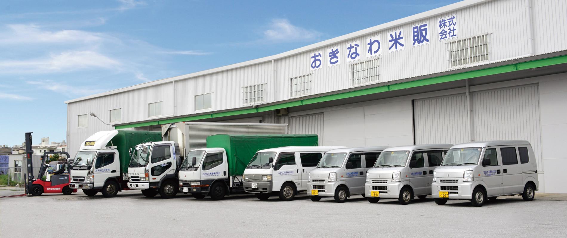 工場とトラック